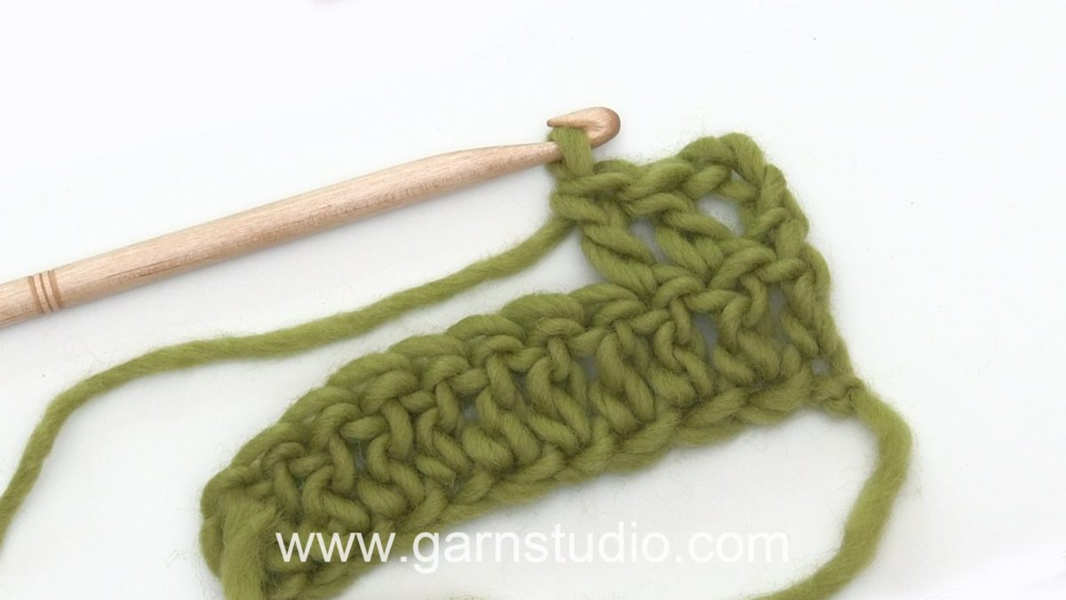 How to crochet a double crochet (dc) US / treble (tr) UK