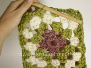 How to crochet a granny square with color changes
